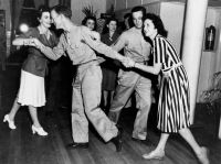 Allied soldiers square dancing in Brisbane, November 1943; Quelle: State Library of Queensland (public domain)