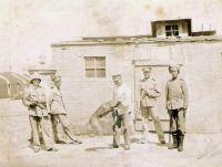Deutsche Soldaten in Qingdao, undat. (c) Wikimedia Commons.jpg https://commons.wikimedia.org/wiki/File:German_officers_in_Qingdao_1900.jpg