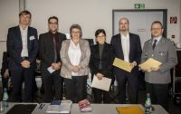 Gruppenfoto; v.l.n.r: Sönke Neitzel (Vorsitzender Bewertungskommission), Christian Packheiser (1. Preis), Anette Lehnigk-Emden (Vizepräsidentin BAAINBw), Alina Enzensberger (3. Preis), Sven Petersen (2. Preis), Thosten Loch (1. Preis)