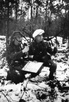 """Zwei Zugführer der """"Tysklandsbrigaden"""", Leutnant Kjell Michaelsen (li.) und Leutnant Andreas Hauge (re.), bei einer Lagefeststellung während einer freilaufenden Übung des II. Bataillons der Brigade 472 im Winter 1947/48 in Niedersachsen (Forsvarsmuseet, Norge)"""