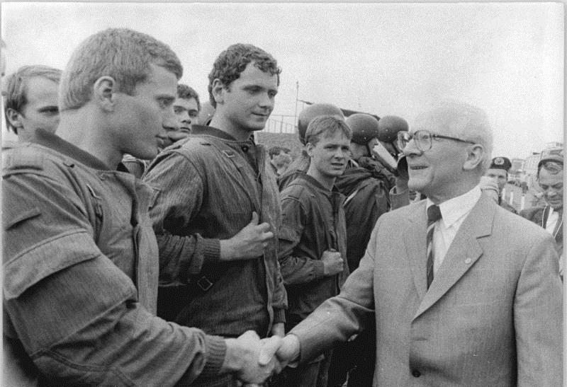 Abb. 2. Honeckers Handschlag (BA, Bild 183-1984-0621-028)