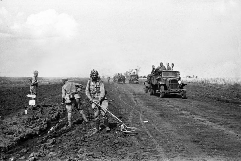 Sowjetische Pioniere überprüfen das Gebiet, das die deutschen Truppen nach dem Scheitern der Operation Zitadelle hinterlassen haben. Die Verteidigungslinie der Woronescher Front. Richtung Belgorod. August 1943 (Russisches Staatsarchiv Film dokumentarische Fotografien (nachfolgend RGAKFD))