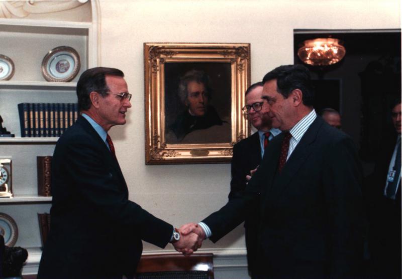 Das Bild zeigt osef Holik (rechts) mit seinem amerikanischen Kollegen Robert Blackwill bei Präsident Bush im Februar 1991