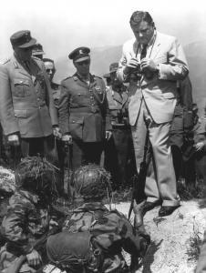 Verteidigungsminister F. J. Strauß während einer Feldübung, Westdeutschland 1960, (Foto: Brigadier general Samuel Lyman Atwood Marshall, USAR, http://ahecwebdds.carlisle.army.mil/)