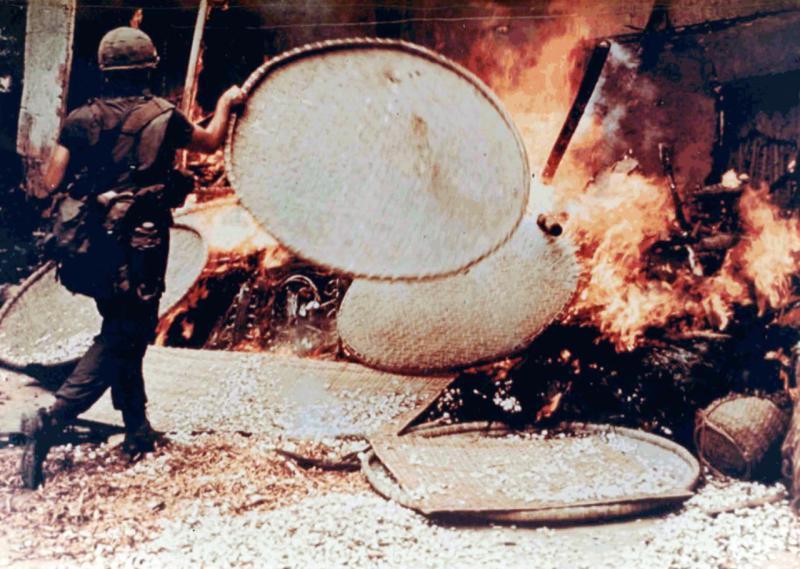 Ein US-Soldat steckt im Rahmen des Massakers von My Lai (Vietnamkrieg) eine Hütte in Brand (16. März 1968)