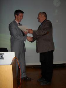 Prof. Dr. Stig Förster (1. Vors.) und Takuma Melber, M.A. (Preisträger)