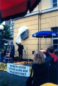 Die Enthüllung des Denkmals am 1. September 1990 durch den Göttinger Oberbürgermeister Artur Levi (Foto: Eckart Stedeler)