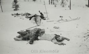 Finnische Soldaten haben gefallene russische Soldatinnen  mit entblößter Brust fotografiert. (Ohne Zeit- und Ortsangabe)