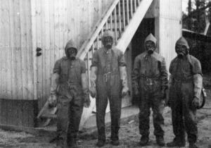 Vier Mitarbeiter der Atomversuchsgruppe in Kummersdorf/Vers Gottow nach einem Experiment mit giftigem Uranoxid (um 1942) - Foto: Sammlung Nagel