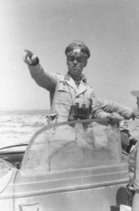 Abb. 1: Generaloberst Erwin Rommel mit seinem Stab während des Afrikafeldzuges, in der Nähe von Tobruk (Juni 1942), auf einem PK-Photo (Propagandakompanie der Wehrmacht) von Bauer