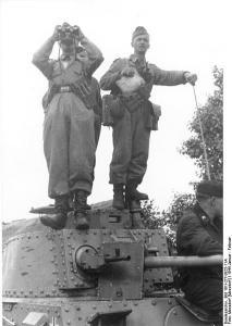 Sowjetunion-Mitte.- Zwei Soldaten mit Fernglas und Karte auf Turm eines Panzer 38 (t) stehend, Panzersoldat neben Rohr sitzend; PK 697, Bundesarchiv Bild 101I-277-0825-11A