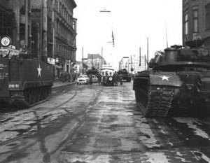 Amerikanische und sowjetische Panzer am Checkpoint Charlie, 1961