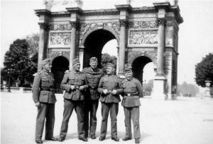 Das Bild zeigt deutsche Soldaten vor dem Arc de Triomphe, Paris 1940