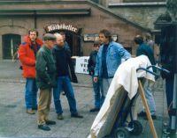 Das Gipsmodell des Denkmals wird von Ludwig Baumann am 12. November 1988 (Volkstrauertag) vor dem Alten Rathaus in Göttingen enthüllt (Foto: Eckart Stedeler)