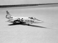 YF-104A Starfighter auf dem Rogers Dry Lake der Edwards AFB, USA 1957. (Foto: NASA,http://www.dfrc.nasa.gov/)