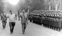 Abb. 1. Honeckers Defilee (BA, Bild 183-1984-0621-025)