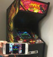 Abb. 2: Spielen ist 2018 nicht mehr an stationäre Aufenthalte gebunden, sondern kann überall erfolgen. Astro Invader-Automat (Stern, 1980) und Astro Invader auf modernem Mobiltelefon (Bild: Piasecki)