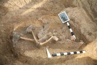 Die Grablage eines Rotarmisten wird vermessen und dokumentiert (Quelle: K. Straub)