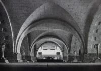 Die Baukunst [Beihefte zu Die Kunst im Deutschen Reich] 7 (1943), S. 49: Modell der Krypta der Soldatenhalle mit Sarkophag im Hintergrund.
