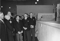 Albert Speer (3.v.l.) präsentiert in Lissabon 1942 dem Staatspräsidenten Portugals Óscar Carmona (2.v.l.) ein Modell der Soldatenhalle. Quellennachweis: Bundesarchiv, Bild 146-1968-036-22 / Cunha, Ferreira da / CC-BY-SA 3.0 (wikimedia).)