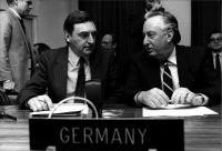Das Bild zeigt die deutsche MBFR-Delegation in der Wiener Hofburg