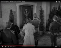 "Abb. 6: Rommel (Mason, in der Tür) vor Reportern (""The Desert Fox: The Story of Rommel"" 1951/20th Century Fox, Screenshot, auf Youtube https://www.youtube.com/watch?v=T4n48bVGom8)"