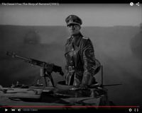 "Abb. 9: Rommel (Mason) am Ende des Films über die Wüste preschend (""The Desert Fox: The Story of Rommel"" 1951/20th Century Fox, Screenshot, auf Youtube https://www.youtube.com/watch?v=T4n48bVGom8)"
