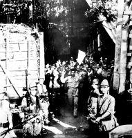 02.)Amerikanische GIs ergeben sich den japanischen Eroberern in Corregidor,  aufgenommen vermutlich am 6. Mai 1942.