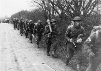 Eine Infanteriegruppe des II. Bataillons der Brigade 512 geht während der Übung Skandia im März 1952 im Schutze eines schleswig-holsteinischen Knicks vor (Forsvarsmuseet, Norge)