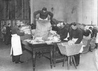 Abbildung 1: Anlieferung von Feldpostsendungen in einem Berliner Postamt, Pressefotografie, undatiert (BfZ, WK 1: 73)