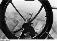 Das Bild zeigt den Blick aus der Bugkanzel einer He 111.