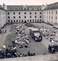 Innenhof der Kaserne, aufgenommen im Jahr 1942