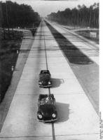 Reichstautobahn mit zwei KdF-Wagen, 30. Januar 1943 (Foto: Bundesarchiv Bild 146-1979-025-30A)