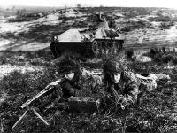 Das Bild zeigt: Bundeswehrsoldaten im Manöver, 1960