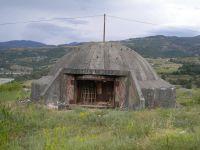 Ein Bunker in der Nähe von Përrenjas an der albanisch-mazedonischen Grenze